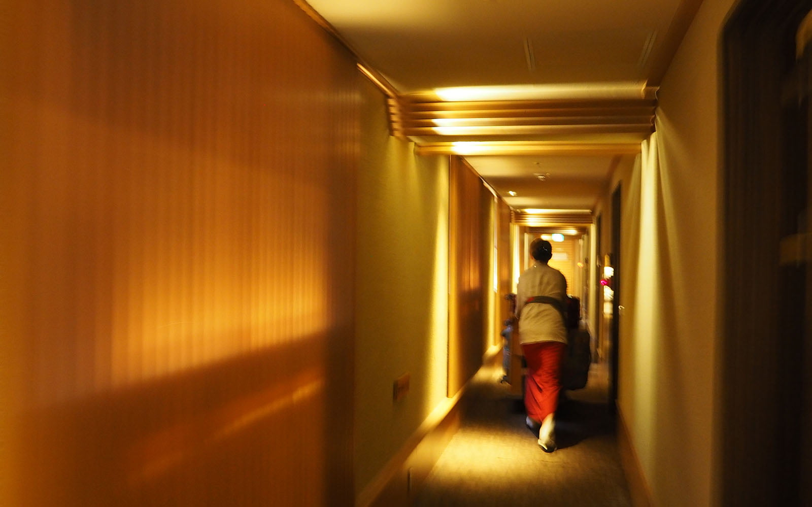ryokan hotel corridor | Staying at Yumotokan Onsen Ryokan in Kyoto • The Petite Wanderess