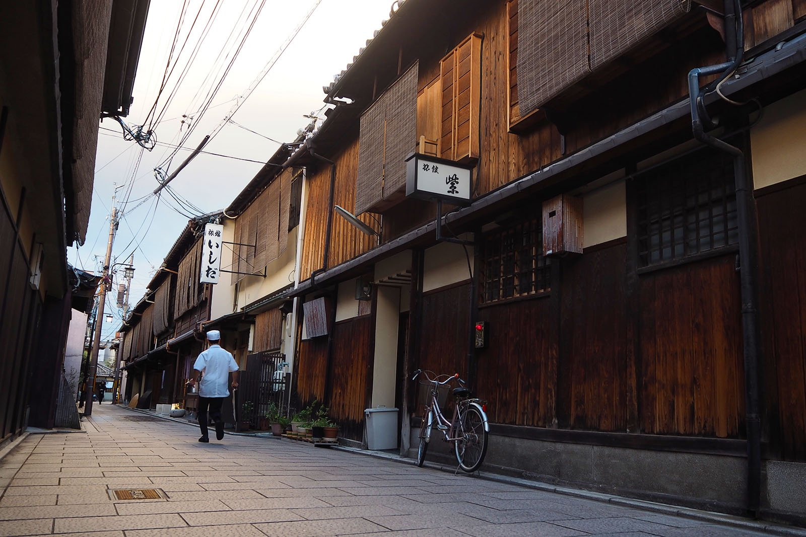 Gion - where to see a Geisha • The Petite Wanderess