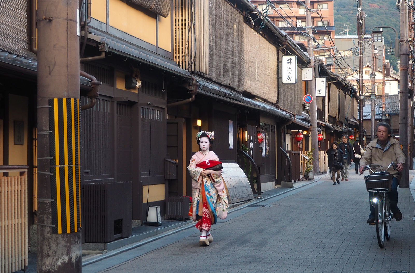 Gion - seeing Geisha • The Petite Wanderess